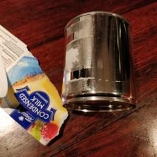 Når man koger Hapå af karamellisert mælk på dåse, skal papiret lige pilles af