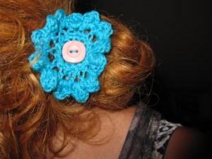 Hæklet hårpynt – Blomster på hårspænder & elastikker