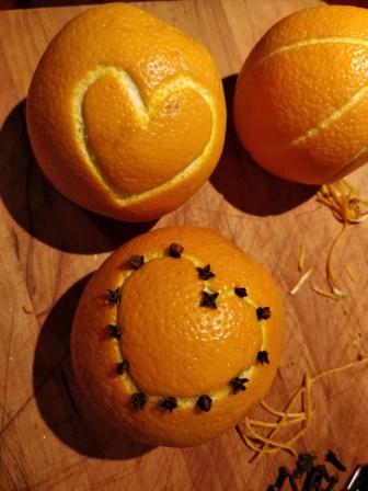 hvordan skære man riller i appelsiner med nelliker