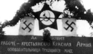 Niemiecko-radziecka defilada zwycięstwa nad Polską 22 września 1939 swastyka, sierp i młot, transparent chwalący Armię Czerwoną zapisany cyrylicą
