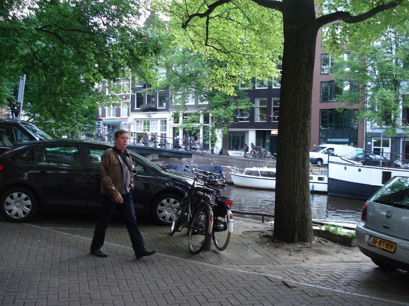 Amsterdam wieczorem 11 sierpnia 2008; mężczyzna w brązowej kurtce