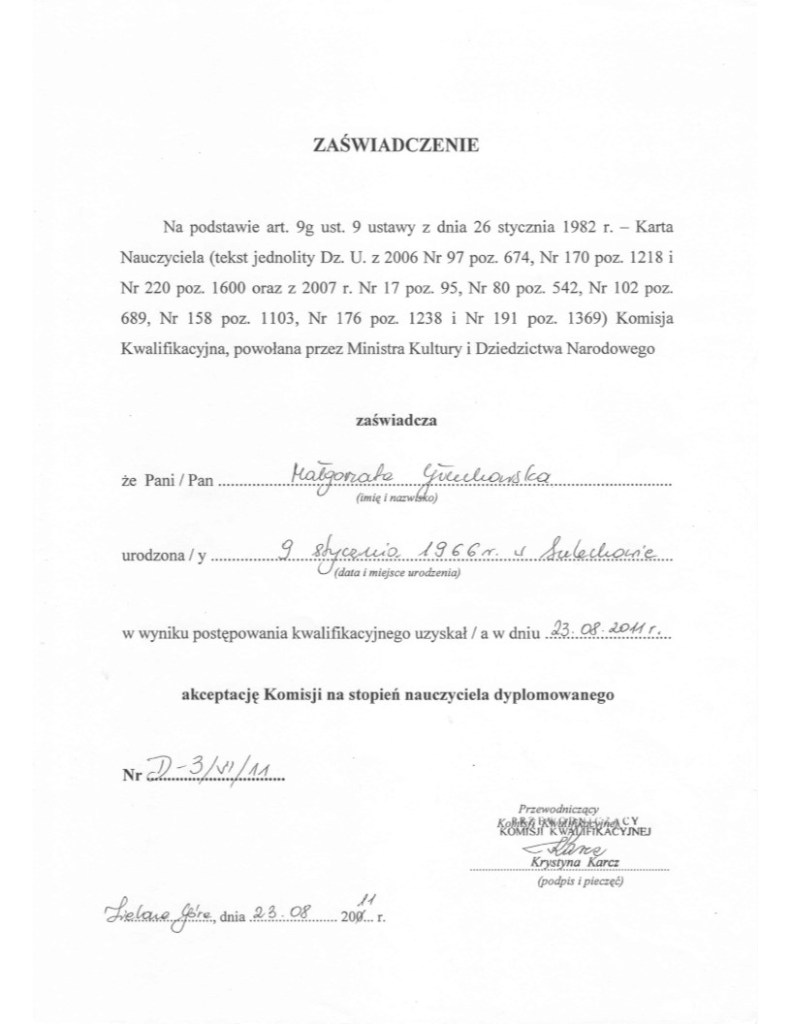 Zaświadczenie wydane Małgorzacie Głuchowskiej w imieniu komisji awansu zawodowego na stopień nauczyciela dyplomowanego widnieje jedynie podpis wizytator Karcz, choć była ona osobą najmniej kompetentną wśród członków komisji.