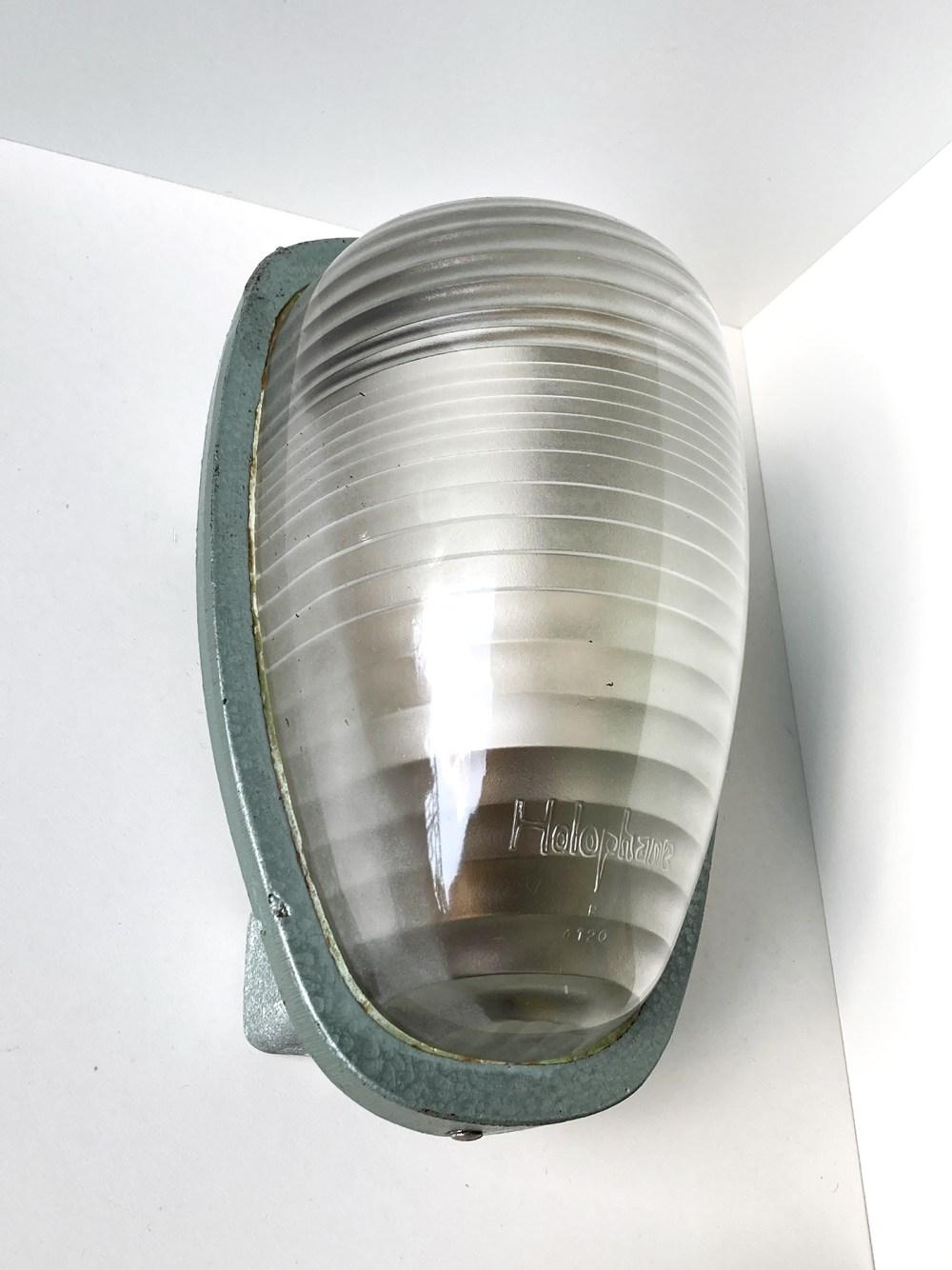 holophane CE100. Plafonnier industriel vintage chez ltgmood.com galerie de luminaires vintage à Paris