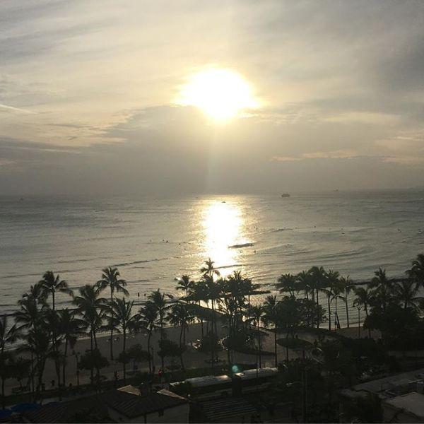 #ワイキキビーチ に夕陽が沈む