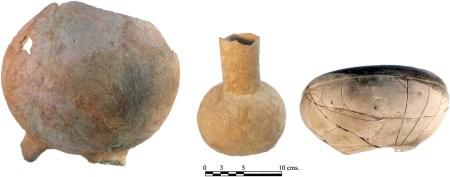 Vase asortate, utilizate la prepararea și consumul produselor din cacao, cu reziduuri de teobromină ce confirmă utilizarea continuă a boabelor de cacao, la San Lorenzo, între 1800 și 1000 î.e.n