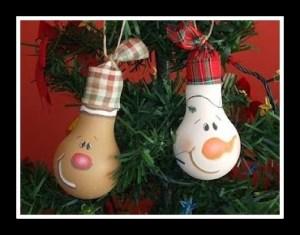 decoracao de natal com lampadas usadas 300x235 - DICAS DE ENFEITES DE NATAL COM MATERIAL RECICLÁVEL