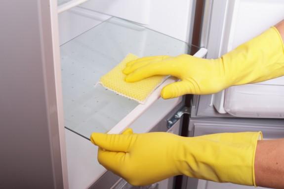 limpando geladeira - COMO USAR O VINAGRE E O BICARBONATO NA LIMPEZA DA CASA E DAS ROUPAS
