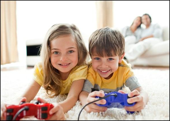 crianças brincando com a familia 002 - COMO ESCOLHER O BRINQUEDO PARA O DIA DAS CRIANÇAS