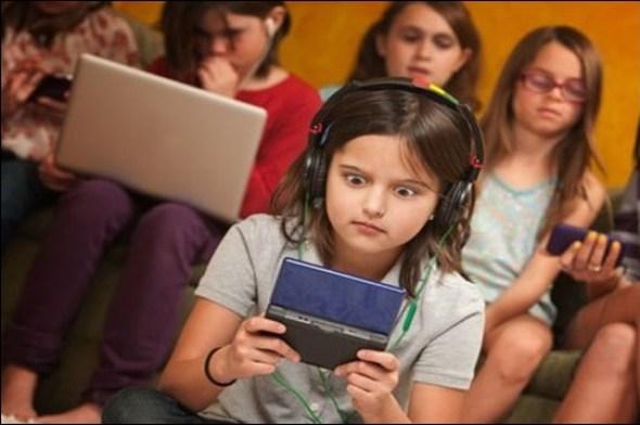 crianças brincando com celular - COMO ESCOLHER O BRINQUEDO PARA O DIA DAS CRIANÇAS