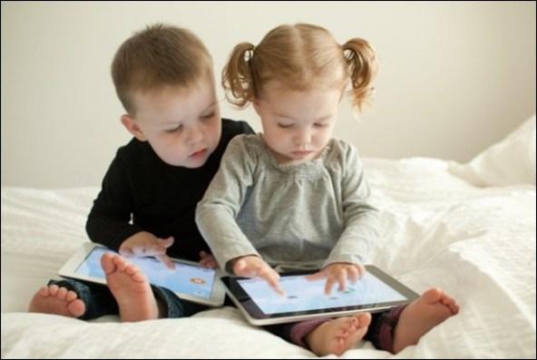 criancas-brincando-com-eletronicos-2jpg