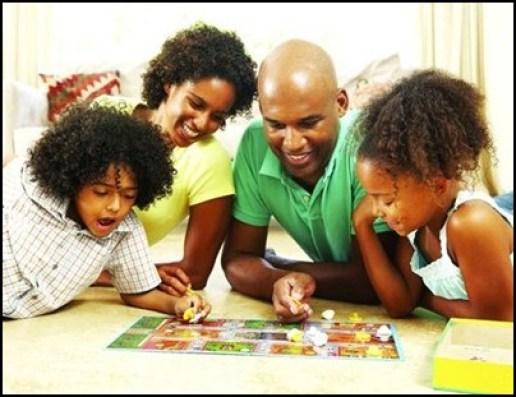 crianças brincando com a familia - DICAS PARA AJUDAR NA EDUCAÇÃO DOS FILHOS