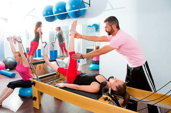 instrutor de pilates e1605574716960 - PILATES:SAIBA TUDO SOBRE ESSA ATIVIDADE FÍSICA