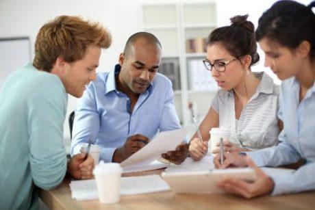 pais conversando e1610563265184 - Material escolar 2021: Dicas de como economizar