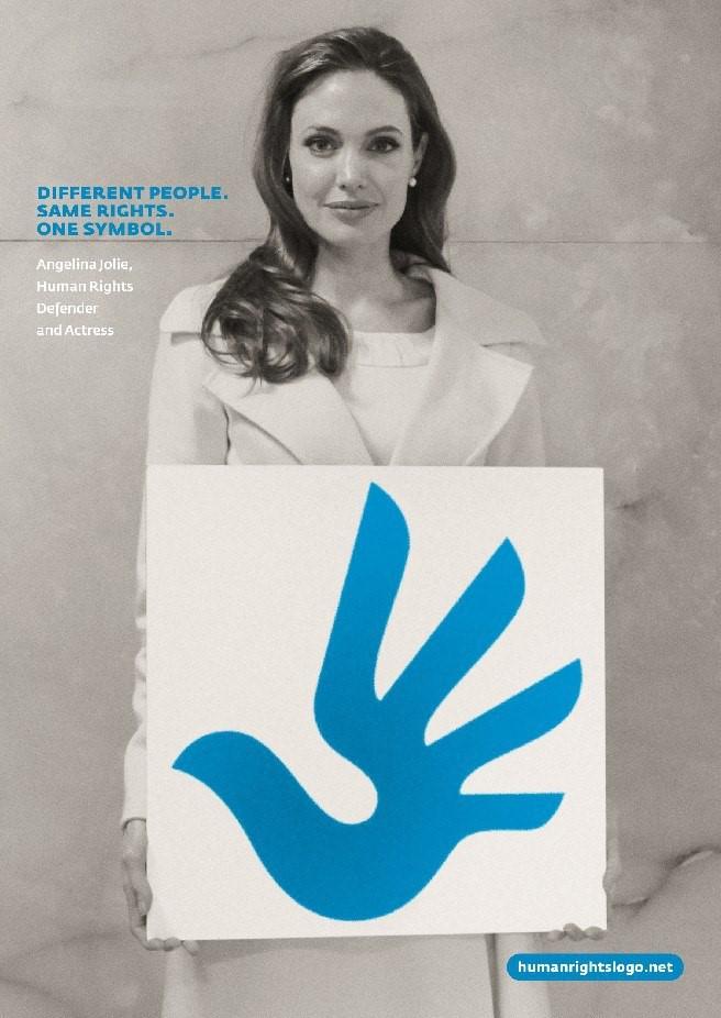 """""""Mọi người đều khác nhau, nhưng quyền thì giống nhau"""". Trong ảnh là ngôi sao màn bạc, nhà hoạt động nhân quyền quốc tế Angelina Jolie."""