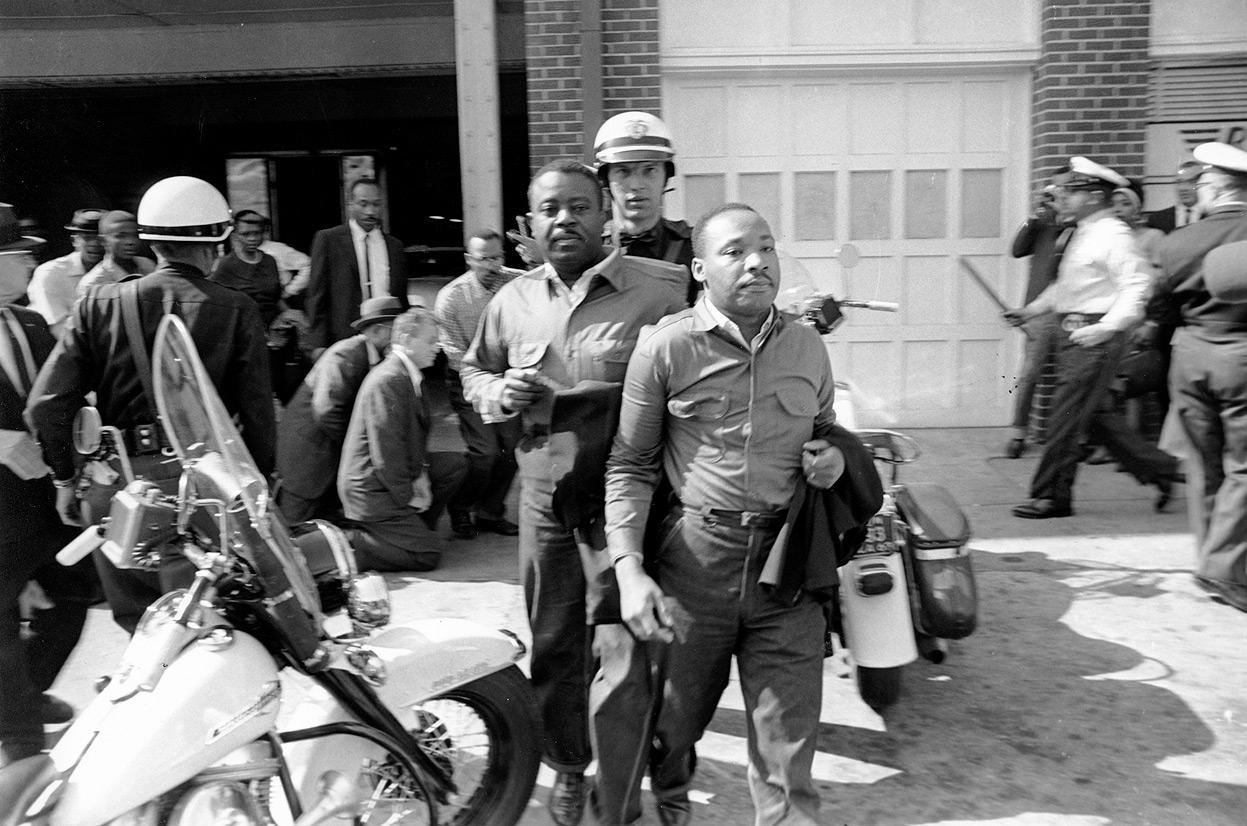 Cảnh sát Birmingham bắt giữ hai lãnh đạo phong trào đòi quyền dân sự ở Mỹ, Ralph Abernathy (trái) và Martin Luther King, tháng 4/1963. Ảnh: AP