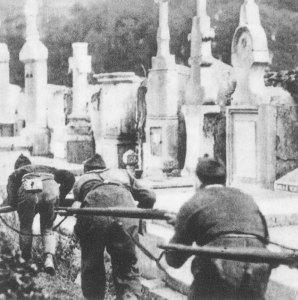 Milicianos durante los combates en el cementerio de Polloe