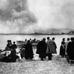 Civiles vascos evacuados observan los combates y bombardeos en Irún