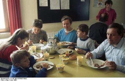 Lager Friedland, Aussiedler / Flüchtlinge beim Essen