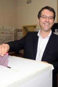 Il sindaco Merola mentre centra l'urna con genziana precisione