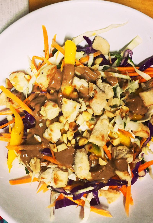 Salada de Repolho com manga e frango e molho satay