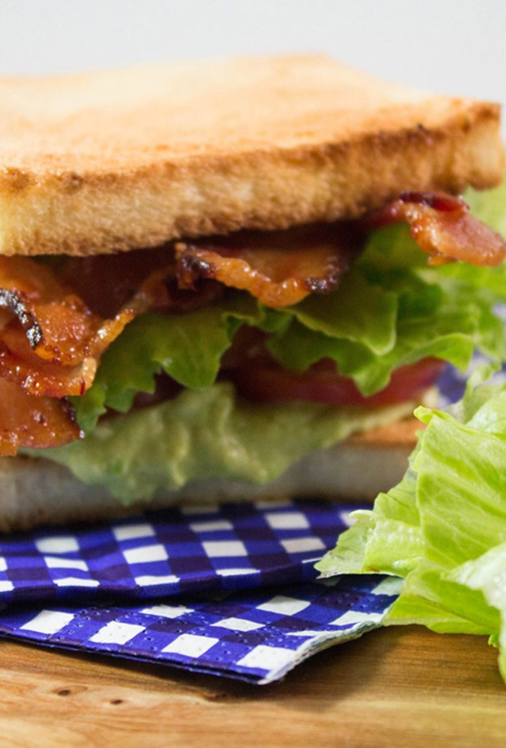 Sanduiche de Bacon alface abacate e tomate