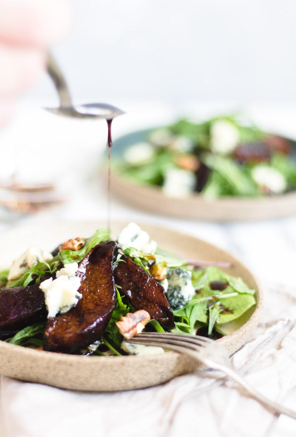 Salada de folhas com gorgonzola, nozes e peras na redução de balsâmico