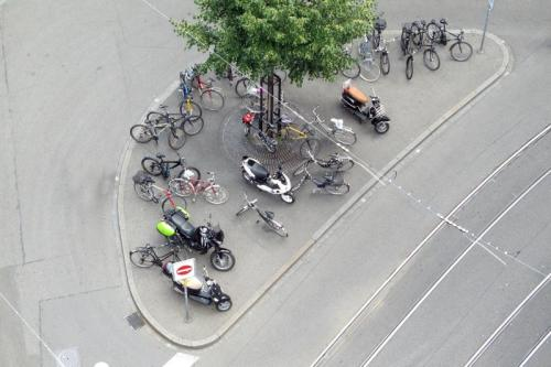 Velos und Motorroller bei der Rüdengasse (Foto: Juri Weiss)