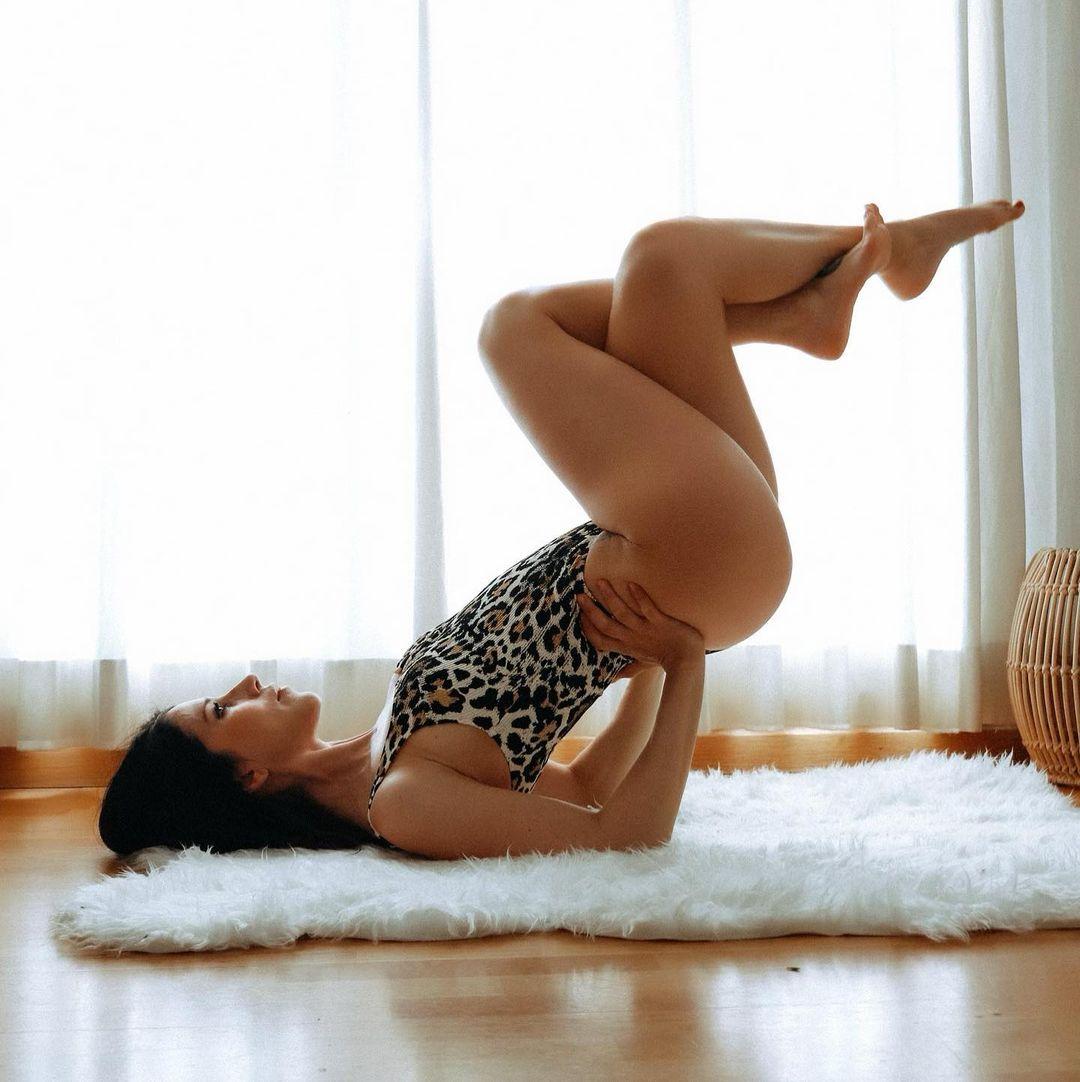 Nika (O.T.) y su yoga al desnudo