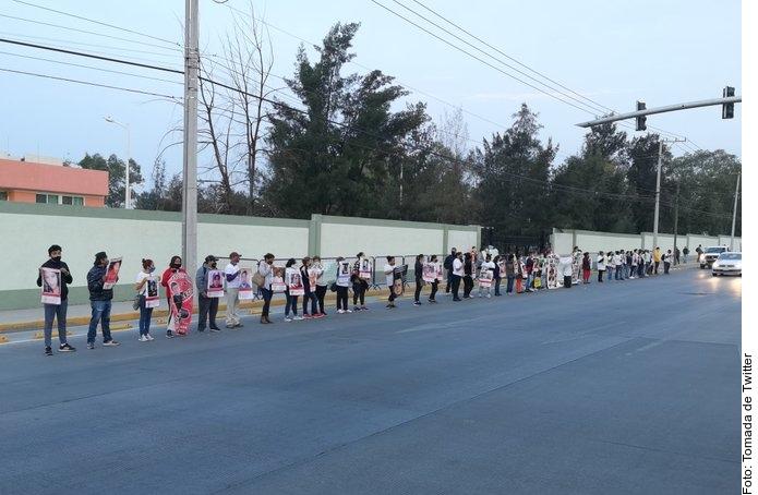Protestan familiares de desaparecidos en visita de AMLO