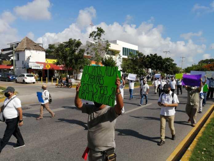 Marchan operadores turísticos para exigir apoyos