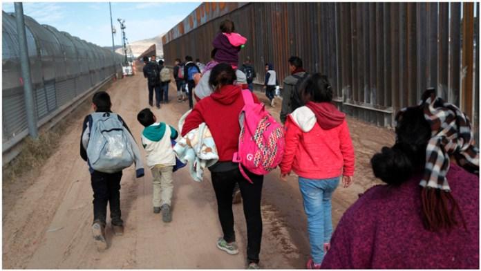Avala juez reanudar deportaciones en EU