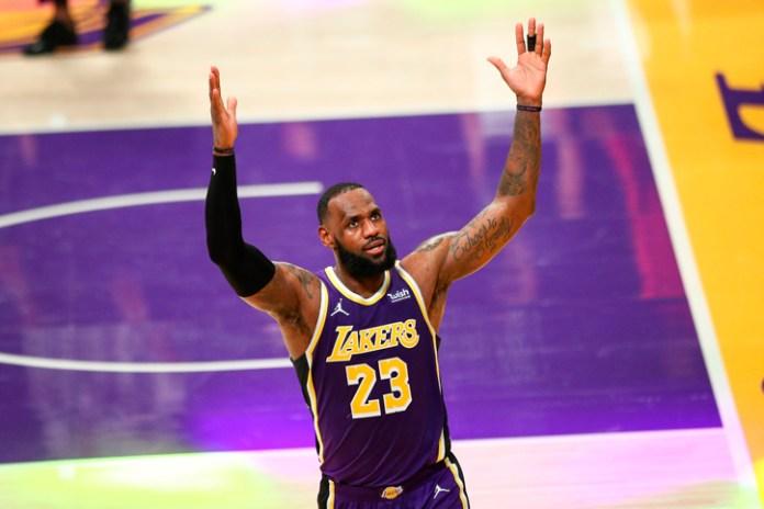 NBA advierte a LeBron James por fingir faltas en los partidos