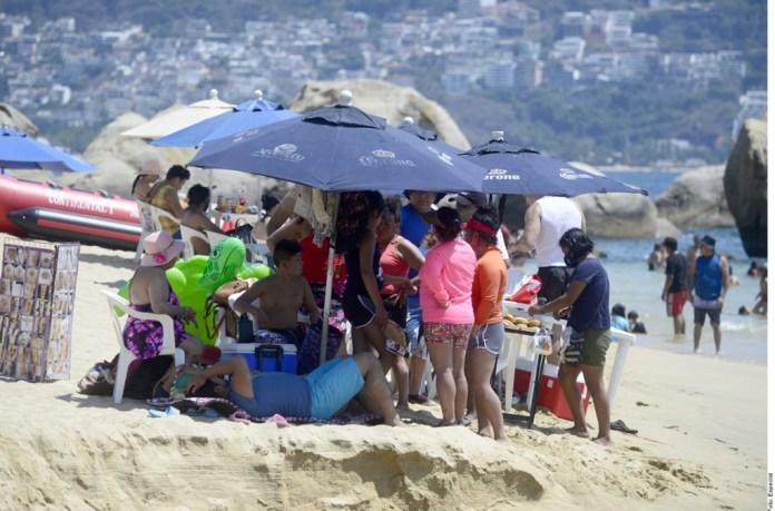 Abarrotan las playas; piden seguir normas