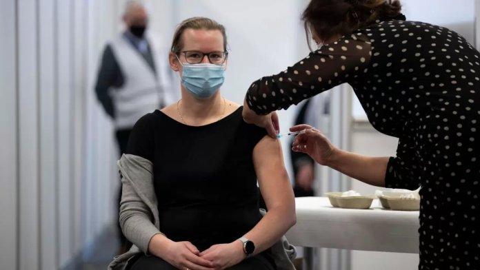 Las vacunas, primero para EU, aclara Biden