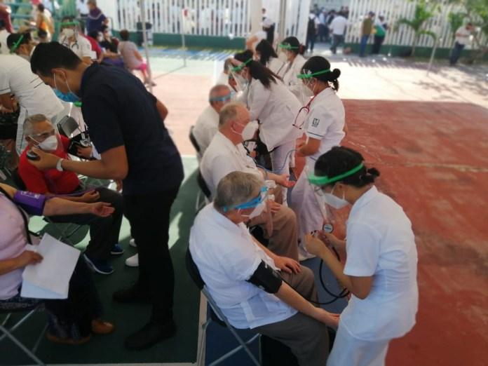 Sienten adultos mayores alivio con la vacuna