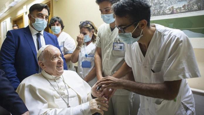 Estará el Papa más días en el hospital