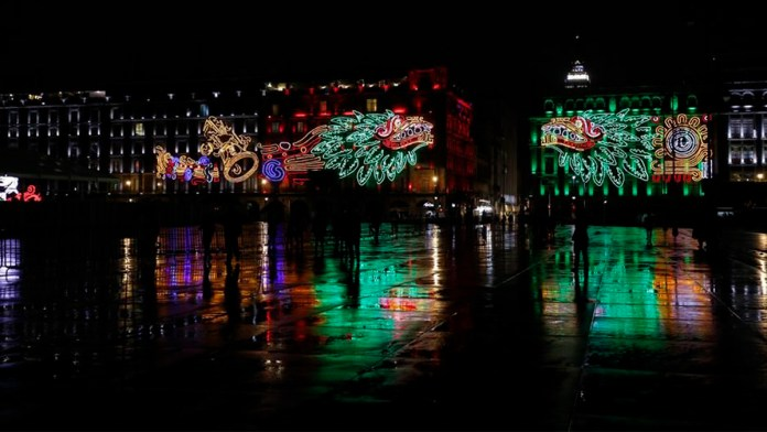 Iluminan Zócalo para conmemorar caída de Tenochtitlan