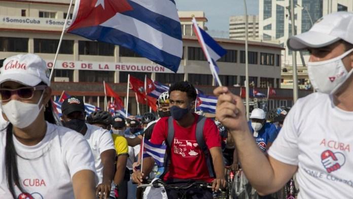 Marchan comunistas cubanos a favor del gobierno