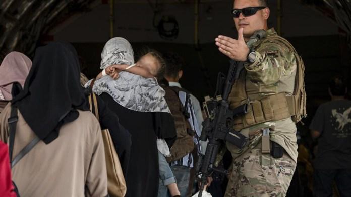Suman más de 82 mil evacuados de Afganistán