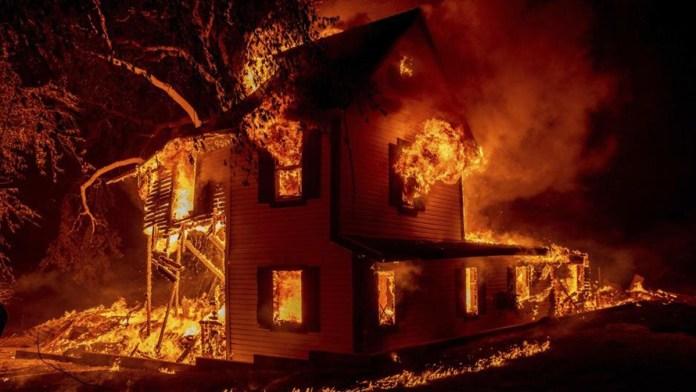 Sigue vivo el incendio más grande California