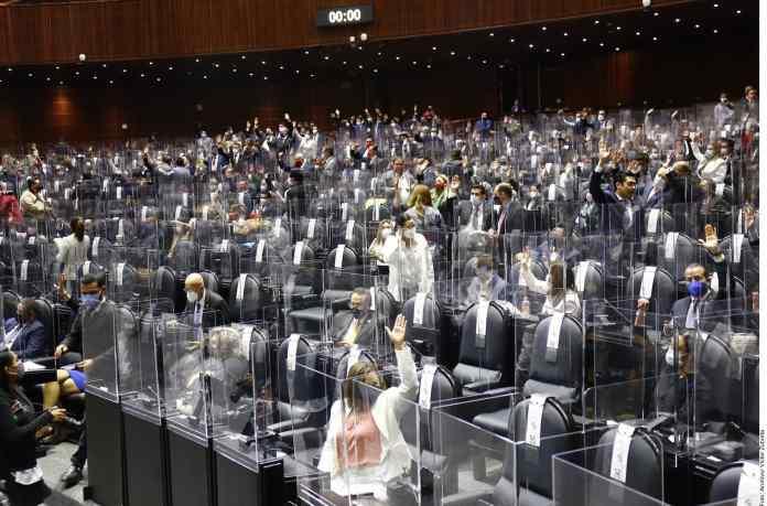 Gastan diputados $3.7 millones en acrílico; no sirven