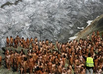 Seiscientas personas posan desnudas sobre el glaciar del Aletsch para concienciar sobre el cambio climático en 2007.