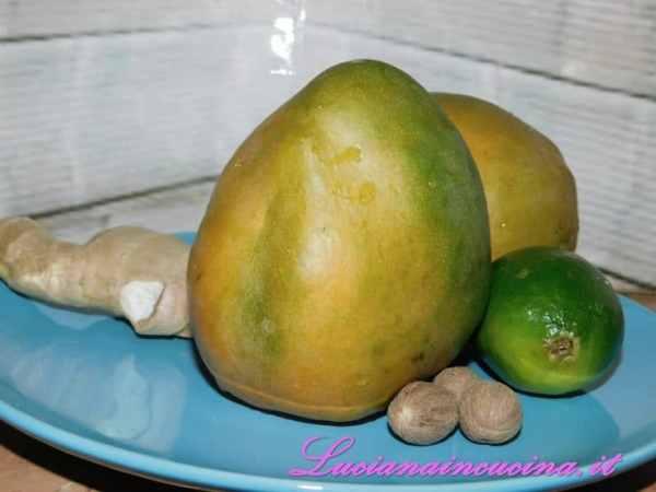 Sbucciare i mango, togliere il nocciolo centrale e tagliarli a dadini.
