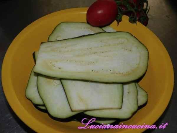 Salare le fette di melanzana su ciascun lato in modo che perdano l'amaro e lasciarle così per 30 minuti .
