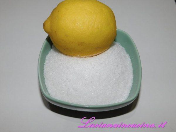 Unire lo zucchero ed il succo di mezzo limone.