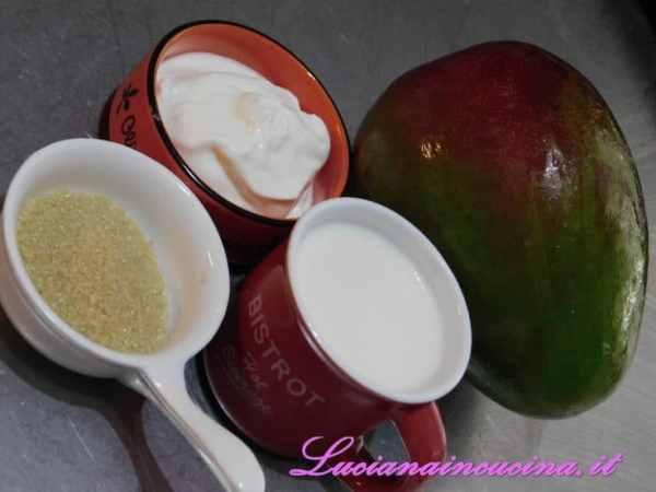 Preparare tutti gli altri ingredienti: il latte, lo yogurt greco e lo zucchero di canna.