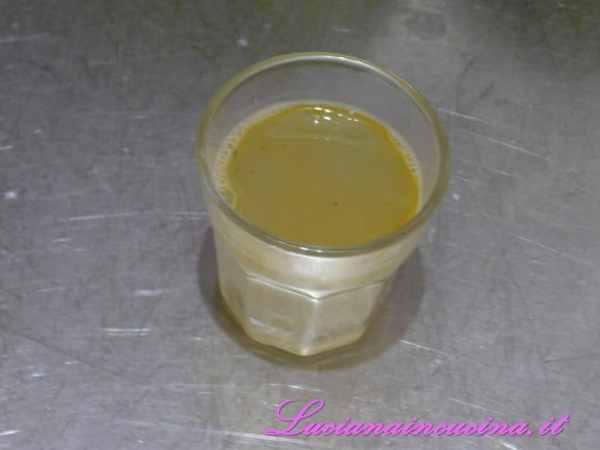 Dopodichè versiamo un bicchiere scarso di brodo caldo.