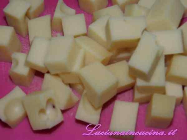 Tagliare il formaggio a cubetti.