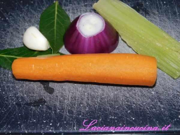 Preparare una dadolata di sedano, carota e cipolla. Unire 1 spicchio d'aglio e l'alloro.