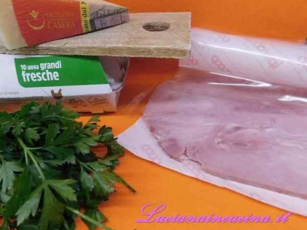 Preparare il prosciutto, il formaggio, il prezzemolo e gli ingredienti per fare una maionese espressa.